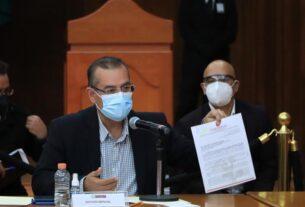El alcalde de Cuautitlán, Ariel Juárez muestra el acuerdo para que sea la Comisión que decida sobre límites