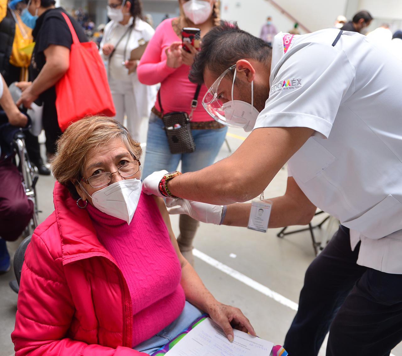 Inician la vacunación de 200 mil adultos mayores en Ecatepec