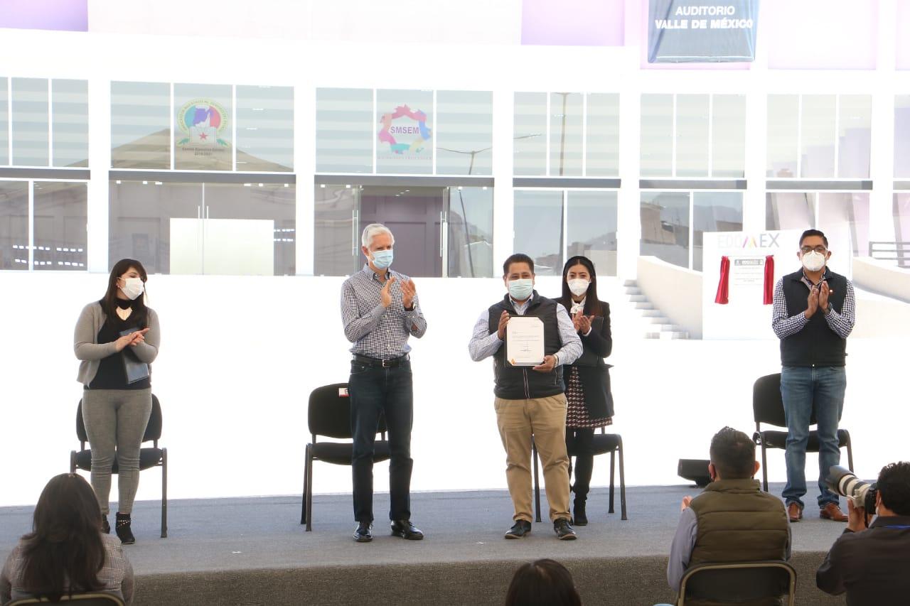 Maestros del SMSEM reciben basificación de Alfredo Del Mazo, en presencia del dirigente José Manuel Uribe