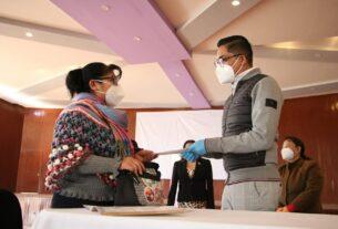 El dirigente del Sindicato de Maestros al Servicio del Estado de México, José Manuel Uribe, entrega préstamos