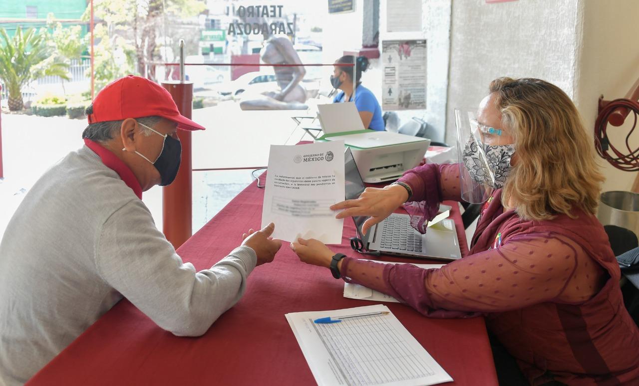 Apoyan a los adultos mayores en su registro para la vacuna contra el COVID-19