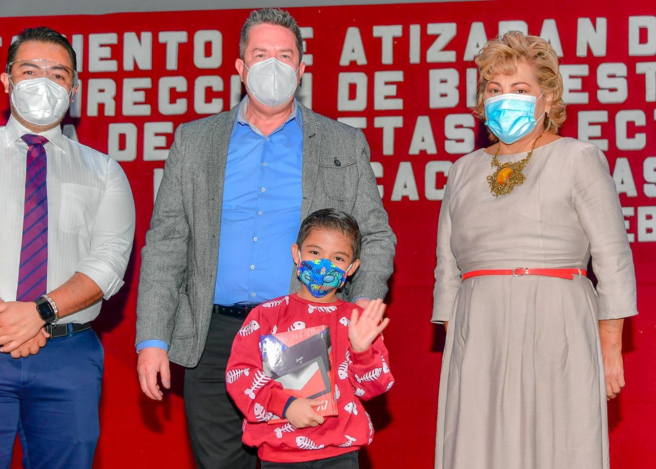 La presidenta municipal de Atizapán de Zaragoza entrega las tabletas electrónicas