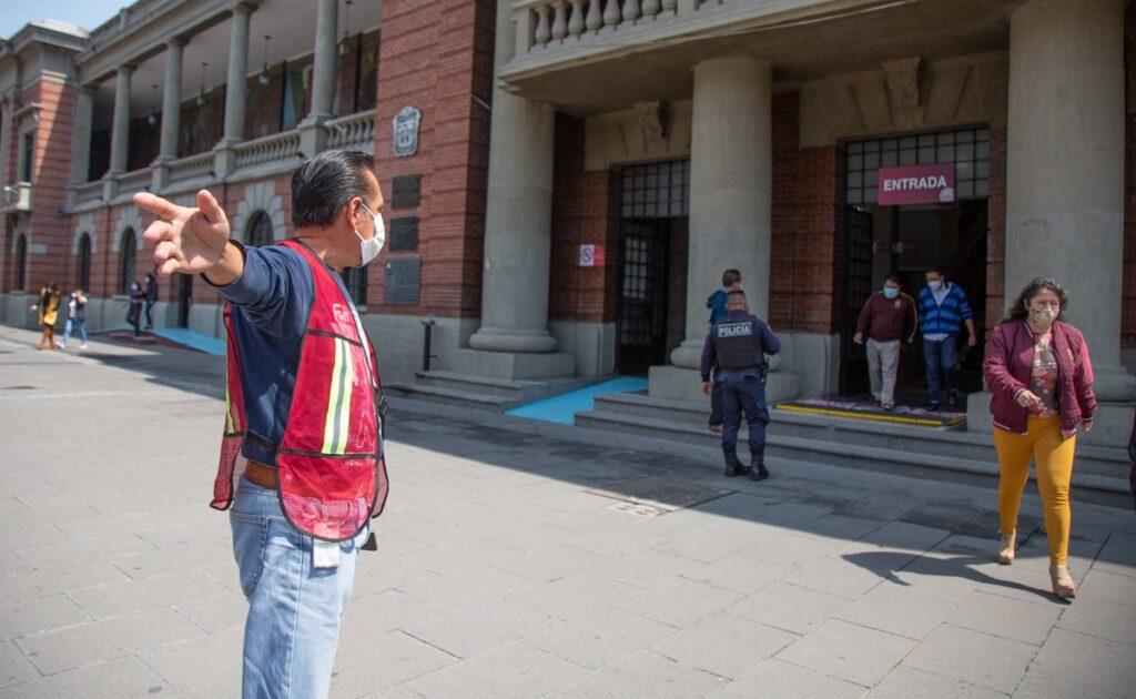 En Tlalnepantla, desalojan el palacio municipal