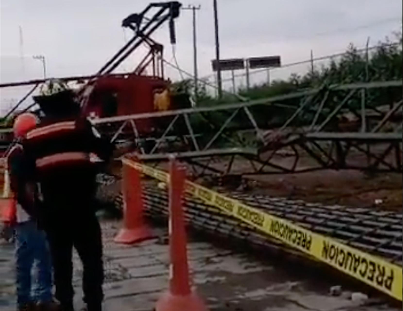Pluma doblada por el peso del armado de acero en Viaducto Elevado de Circuito Exterior Mexiquense