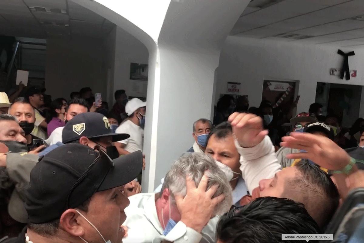 Momento en que agreden al alcalde de Cuautitlán