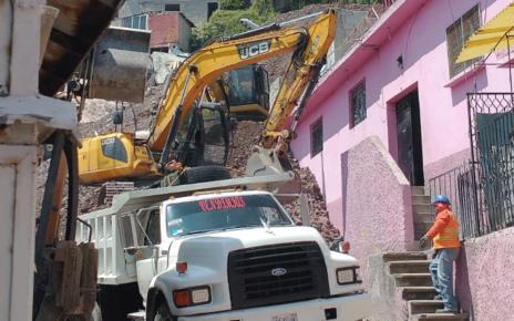 Maquinaria y camiones desplazan materiales para poder realizar demolición de casas dañadas en Tlalnepantla