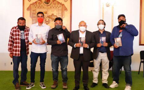 El edil de Tlalnepantla, Raciel Pérez Cruz y jóvenes autores