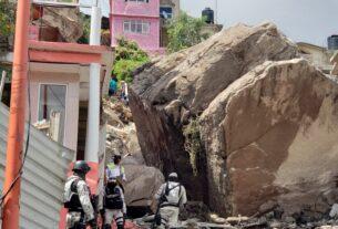 La gran roca sobre viviendas en Tlalnepantla