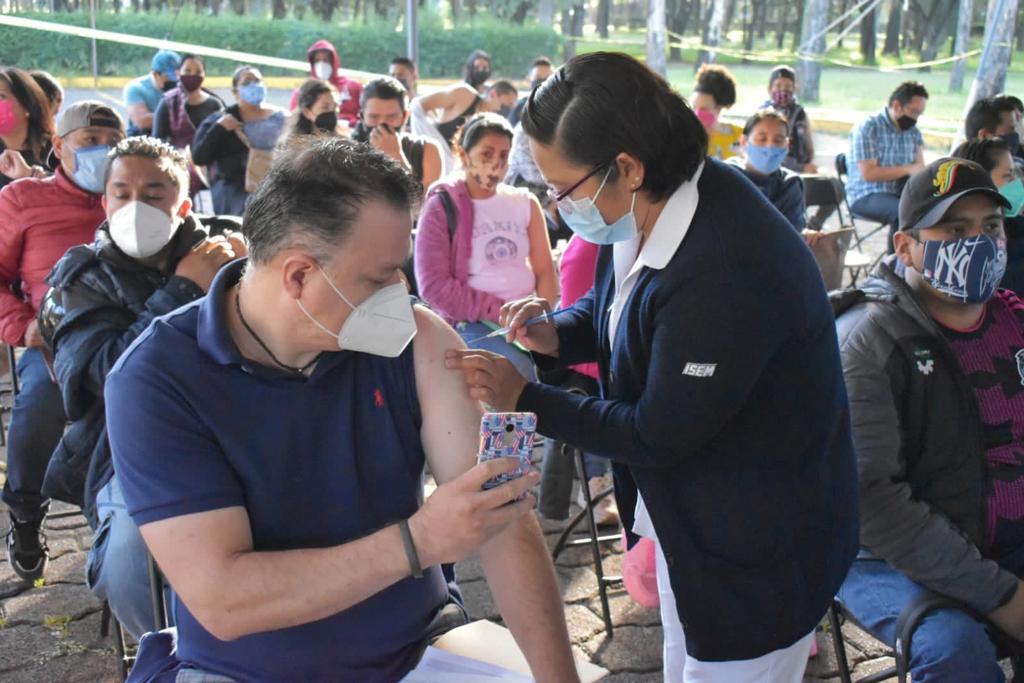 Acuden a vacunarse al Naucalli y UVM
